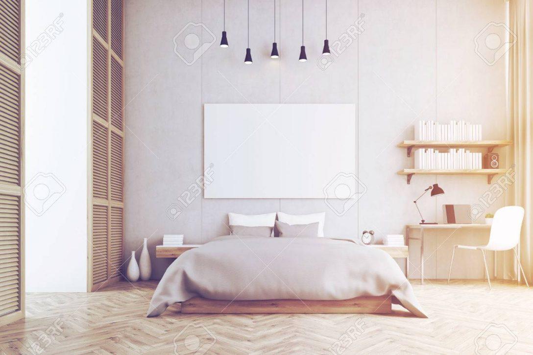 Large Size of Frontansicht Aus Einem Schlafzimmer Mit Kingsize Bett Meta Regale Massivholz Weiß Schränke Cd Regal Buche Günstig 20 Cm Tief Komplett Fächer Nussbaum Schlafzimmer Regal Schlafzimmer