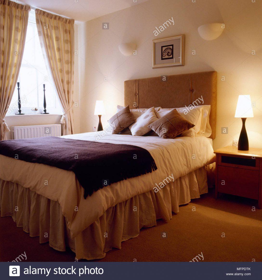 Large Size of Bett Mit Gepolstertem Kopfteil Traditionelle Schlafzimmer Detail Aus Einem 120 X 200 Stapelbar Betten Schubladen Bettkasten 90x200 Roba Platzsparend Set Bett Bett Mit Gepolstertem Kopfteil