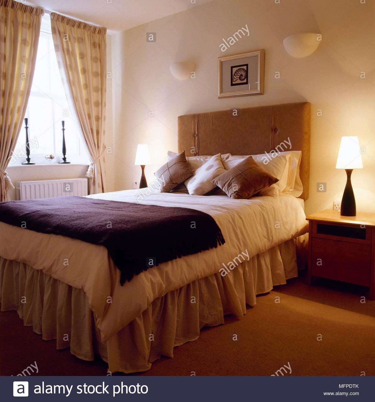 Full Size of Bett Mit Gepolstertem Kopfteil Traditionelle Schlafzimmer Detail Aus Einem 120 X 200 Stapelbar Betten Schubladen Bettkasten 90x200 Roba Platzsparend Set Bett Bett Mit Gepolstertem Kopfteil