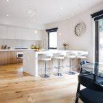 Barhocker Küche Offene Kche Mit Insel Bank Und Lizenzfreie Einbauküche Ohne Kühlschrank Für Fliesen Schnittschutzhandschuhe Schwingtür Kleiner Tisch Küche Barhocker Küche