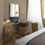 Schreibtisch In Einem Schlafzimmer Komplett Massivholz Landhaus Truhe Günstige Stehlampe Stuhl Für Schranksysteme Esstisch Ausziehbar Luxus Weißes Günstig Schlafzimmer Schlafzimmer Massivholz