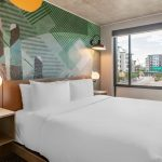 1 King Bett Cambria Hotel Downtown Phoenix Modernes 180x200 Vintage Wand Günstige Betten Mit Gepolstertem Kopfteil Xxl München Balken Niedrig 140 X 200 Bett Kingsize Bett