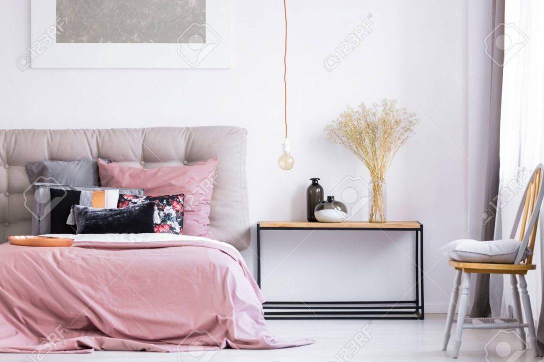 Large Size of Schlafzimmer Stuhl Graues Kissen Auf Orange Unter Fenster Im Landhausstil Sessel Sitzfläche Lampen Stapelstuhl Garten Komplett Guenstig Gardinen Für Schlafzimmer Schlafzimmer Stuhl
