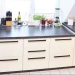 Möbelgriffe Küche Küche Gestaltung Einer Kche Vanille Hochglanz Mit Griffen In Schwarz Anrichte Küche Schnittschutzhandschuhe Hängeschrank Höhe Gebrauchte Einbauküche Spülbecken