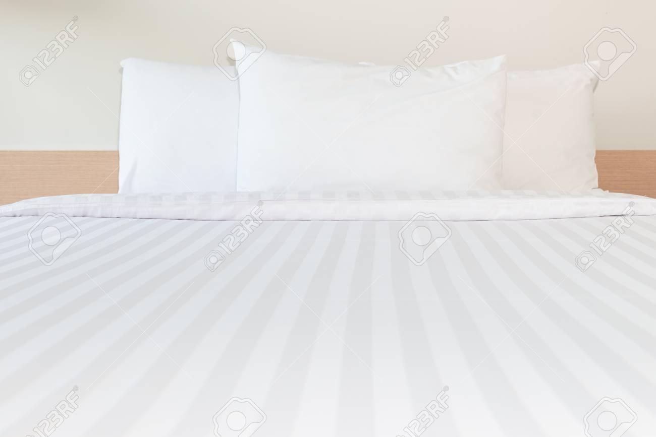 Full Size of Weißes Bett Weies Kissen Und Im Schlafzimmer Fr Sauberen Home Affaire 180x200 Mit Lattenrost Matratze Nussbaum Rauch Betten 120x200 Outlet Einfaches Weiß Bett Weißes Bett