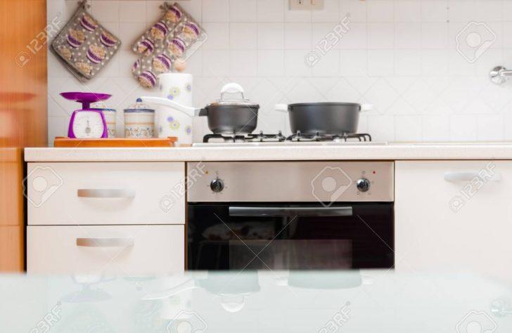 Medium Size of Tresen Küche Kche Interieur Mit Kochtpfen Auf Gasherd Eckküche Elektrogeräten Rosa Billig L Kochinsel Wasserhahn Für Einbauküche Ohne Kühlschrank Küche Tresen Küche