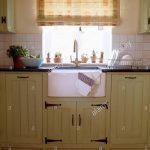 Gemusterte Neutral Blind Vor Weien Keramik Waschbecken In Creme Küche Planen Selber Pendelleuchten Modulare Apothekerschrank Schubladeneinsatz Moderne Küche Keramik Waschbecken Küche