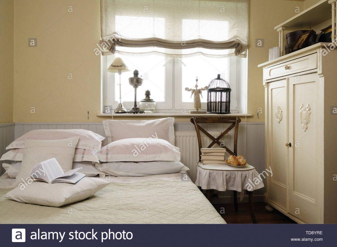 Large Size of Stapel Der Bcher Auf Dem Stuhl Neben Kleiderschrank Im Nolte Schlafzimmer Stehlampe Set Regal Kommoden Günstig Massivholz Deckenlampe Luxus Deckenleuchte Schlafzimmer Schlafzimmer Stuhl