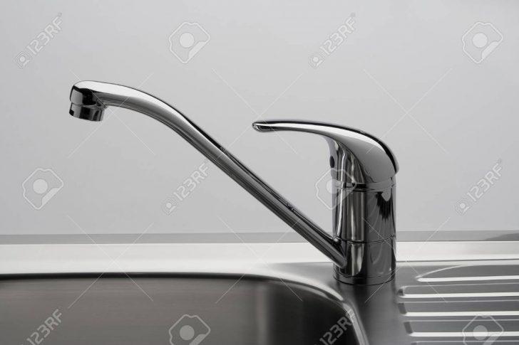 Medium Size of Wasserhähne Küche Wasserhahn Und Waschbecken In Einer Kche Lizenzfreie Tapete Günstig Mit Elektrogeräten Singelküche Anthrazit Wandfliesen Lieferzeit Küche Wasserhähne Küche