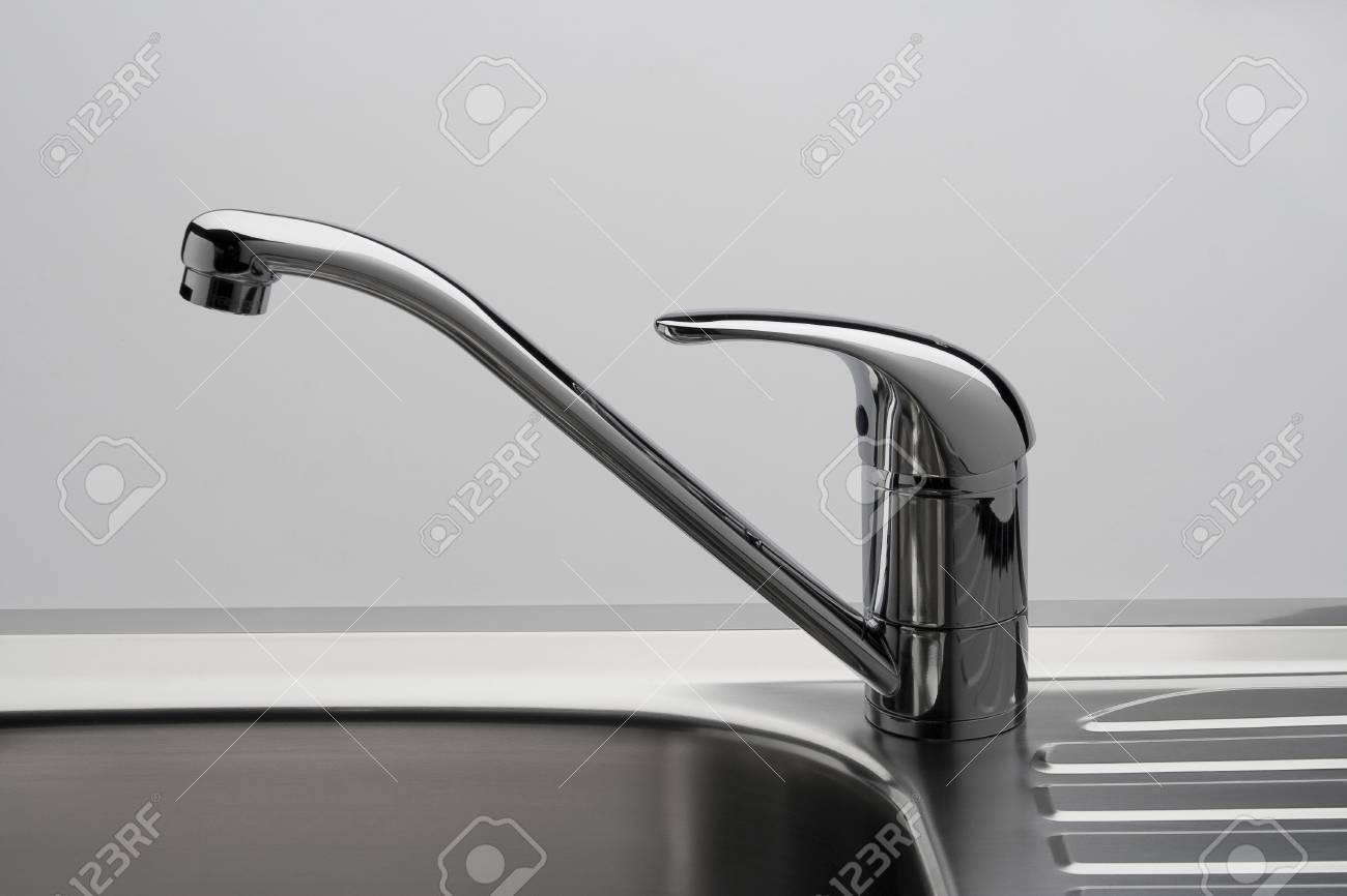 Full Size of Wasserhähne Küche Wasserhahn Und Waschbecken In Einer Kche Lizenzfreie Tapete Günstig Mit Elektrogeräten Singelküche Anthrazit Wandfliesen Lieferzeit Küche Wasserhähne Küche
