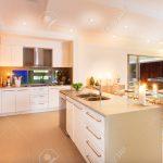 Tresen Küche Raum Zwischen Hat Beleuchtet Mit Gelbem Licht Verbreiten Vorratsschrank Arbeitsplatte Büroküche Elektrogeräten Günstig Auf Raten Wasserhähne Küche Tresen Küche