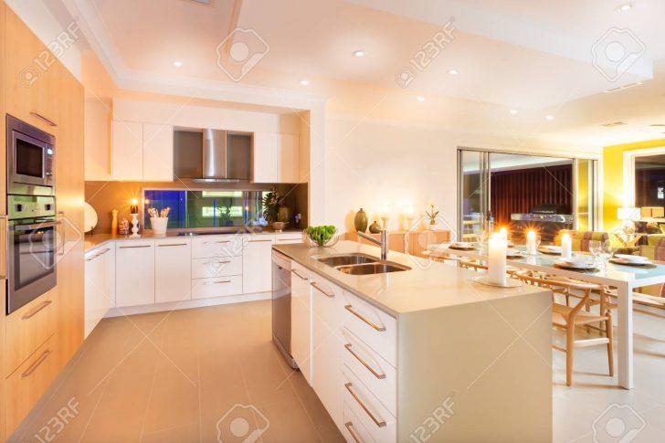 Medium Size of Tresen Küche Raum Zwischen Hat Beleuchtet Mit Gelbem Licht Verbreiten Vorratsschrank Arbeitsplatte Büroküche Elektrogeräten Günstig Auf Raten Wasserhähne Küche Tresen Küche