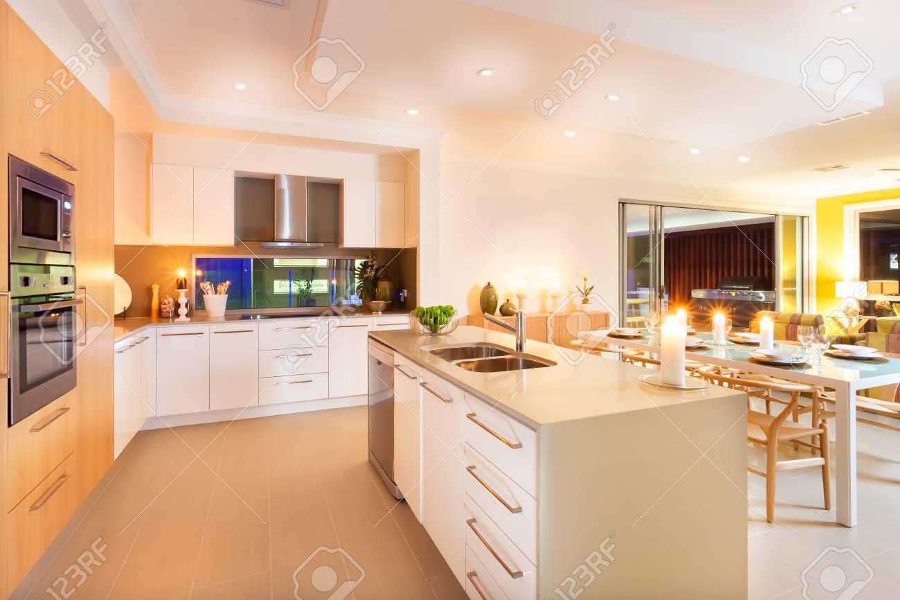 Full Size of Tresen Küche Raum Zwischen Hat Beleuchtet Mit Gelbem Licht Verbreiten Vorratsschrank Arbeitsplatte Büroküche Elektrogeräten Günstig Auf Raten Wasserhähne Küche Tresen Küche