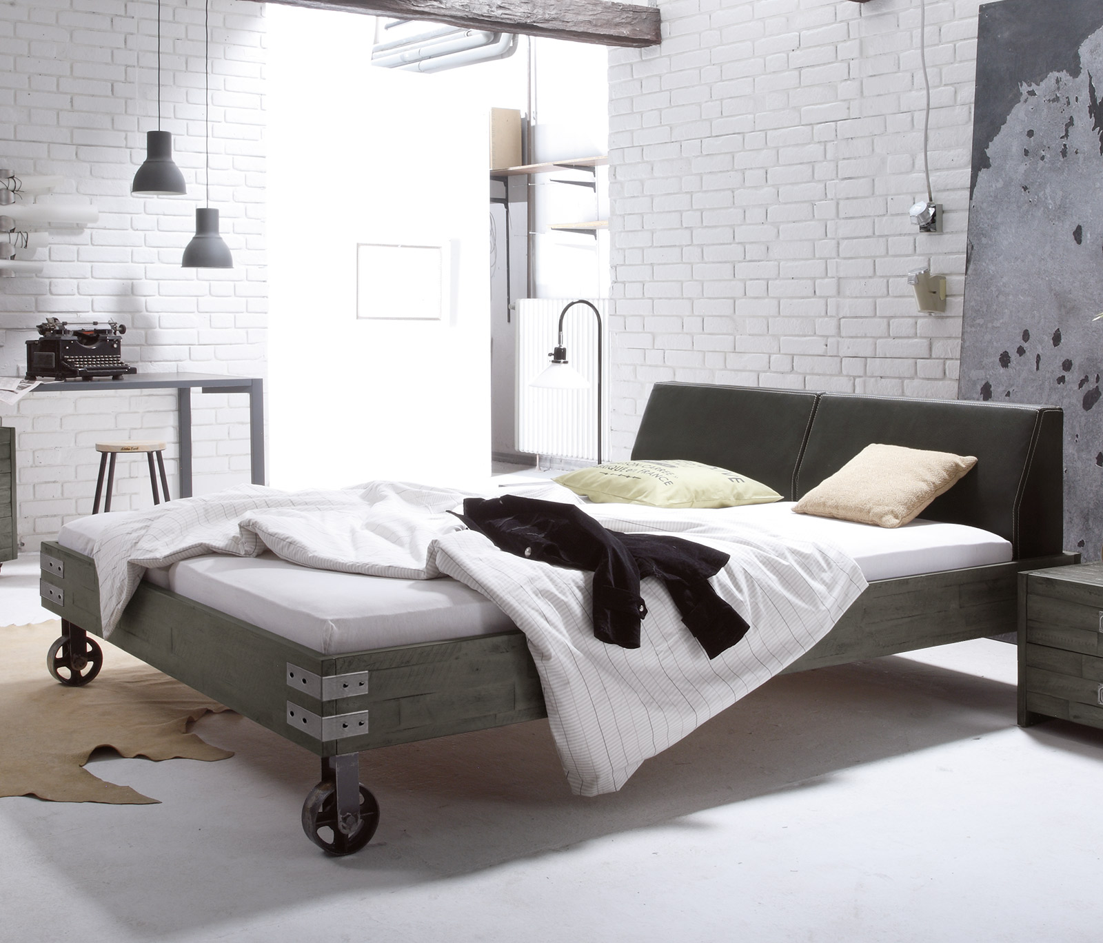 Full Size of Massivholzbett Mit Rollen Im Industrial Design Tornio Bett Betten.de