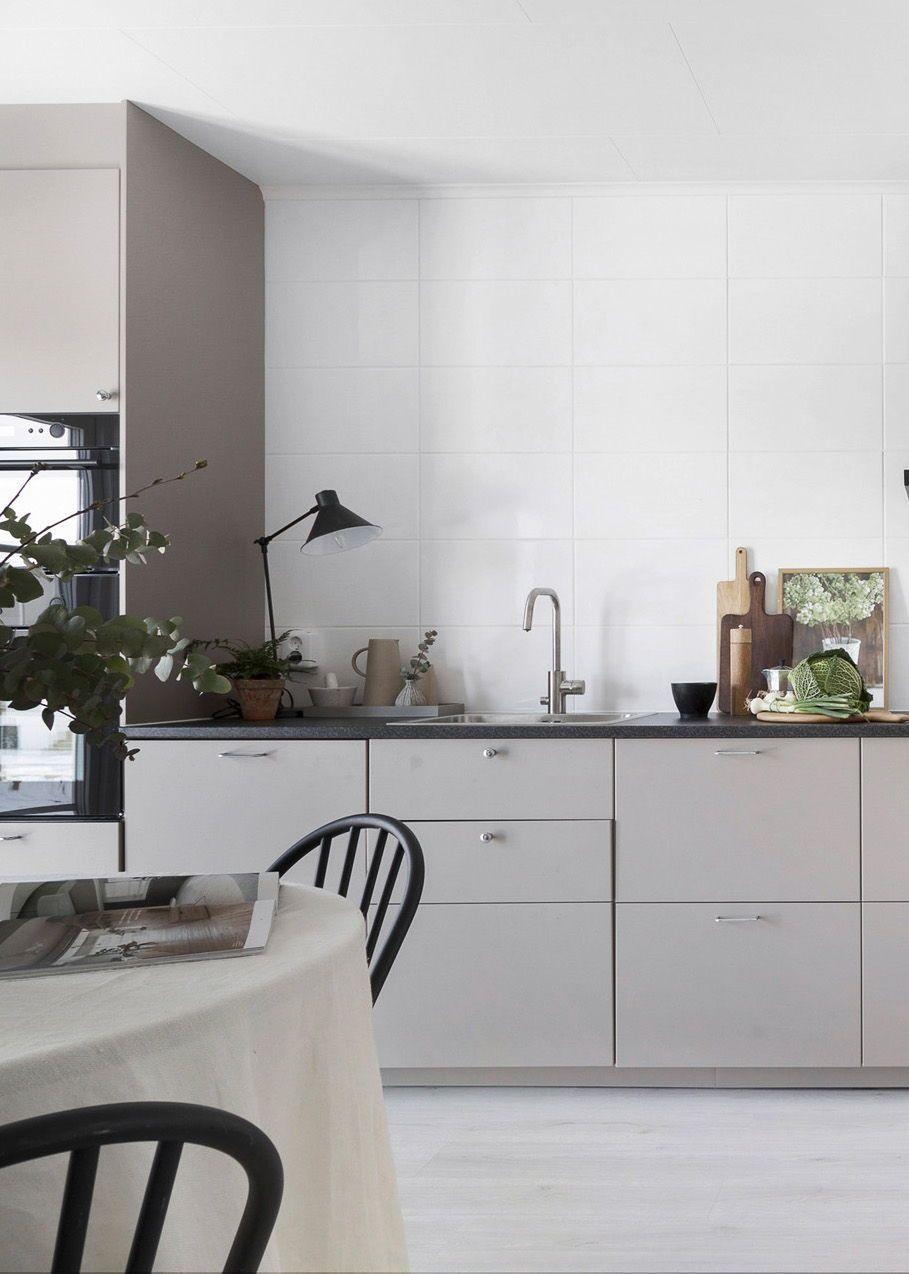 Full Size of Küche Ohne Hängeschränke Home In Tints Of Beige Via Coco Lapine Design Blog Kche Stehhilfe Modulare Was Kostet Eine Neue Finanzieren Gebrauchte Ikea Kosten Küche Küche Ohne Hängeschränke