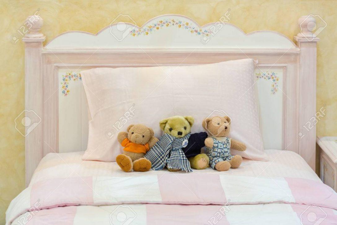 Large Size of Schlafzimmer Landhausstil Teddybren Auf Einem Rosa Bett Und Kissen In Alten Englischen Komplett Massivholz Weißes Günstig Wohnzimmer Weiß Stehlampe Schlafzimmer Schlafzimmer Landhausstil