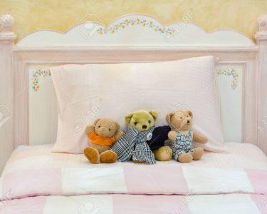 Schlafzimmer Landhausstil Schlafzimmer Schlafzimmer Landhausstil Teddybren Auf Einem Rosa Bett Und Kissen In Alten Englischen Komplett Massivholz Weißes Günstig Wohnzimmer Weiß Stehlampe