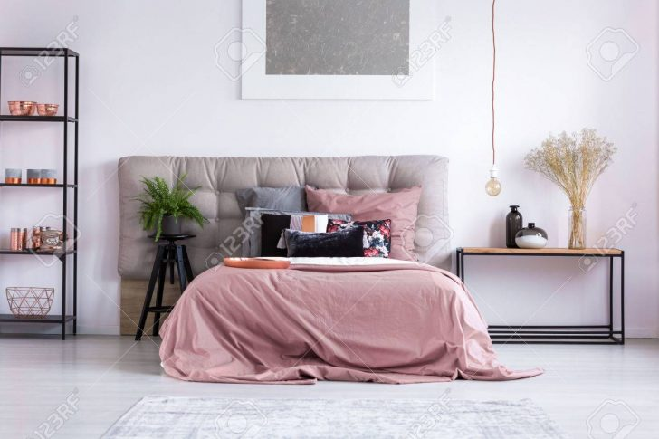 Medium Size of Kupfer Telefon Und Zubehr Auf Regal Im Huslichen Schlafzimmer Regale Obi Babyzimmer Kisten Sessel Für Kleidung Weiß Holz Wein Metall Landhausstil Schlafzimmer Regal Schlafzimmer