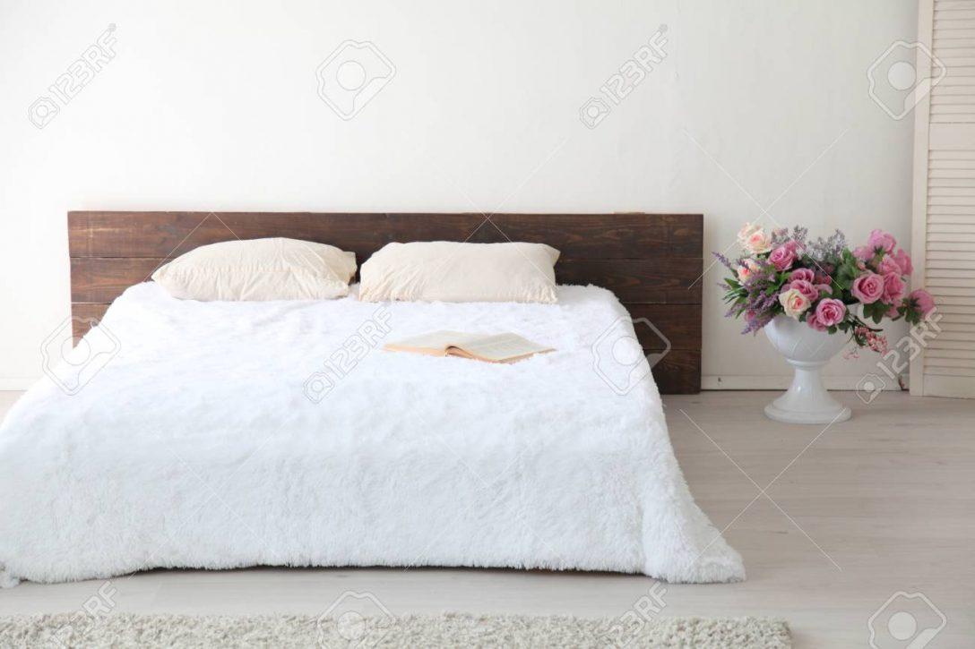 Large Size of Weißes Schlafzimmer Weies Helles Interieur Mit Bett Und Blumen Komplett Massivholz 90x200 Rauch Regal Wandleuchte Teppich Landhausstil Klimagerät Für Schlafzimmer Weißes Schlafzimmer