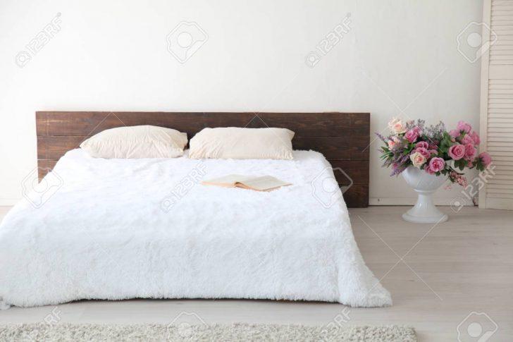 Medium Size of Weißes Schlafzimmer Weies Helles Interieur Mit Bett Und Blumen Komplett Massivholz 90x200 Rauch Regal Wandleuchte Teppich Landhausstil Klimagerät Für Schlafzimmer Weißes Schlafzimmer