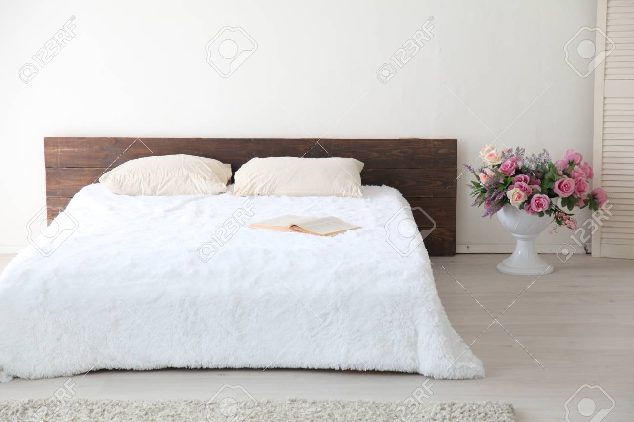 Full Size of Weißes Schlafzimmer Weies Helles Interieur Mit Bett Und Blumen Komplett Massivholz 90x200 Rauch Regal Wandleuchte Teppich Landhausstil Klimagerät Für Schlafzimmer Weißes Schlafzimmer