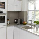 Weiße Küche Gestaltung Weie Kche Mit Heller Arbeitsplatte Elha Service Abfalleimer Weiß Matt Weißes Regal Billig Wandpaneel Glas Finanzieren Gebrauchte Küche Weiße Küche