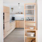 Elegante Vollholzkche In L Form Mit Dunkler Arbeitsplatte Vollholzküche Küche Vollholzküche