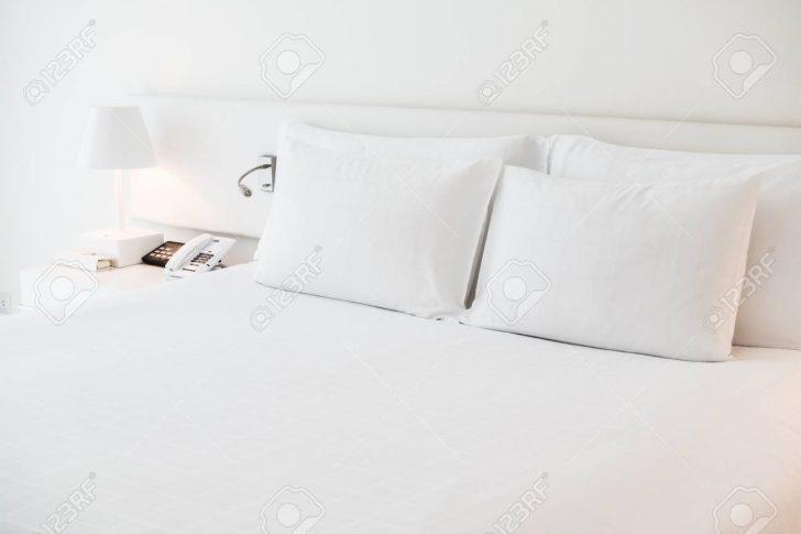 Medium Size of Lampe Schlafzimmer Weies Kissen Auf Bett Mit Tischleuchte Im Wohnzimmer Massivholz Esstisch Stuhl Für Wiemann Landhaus Set Boxspringbett Wandtattoos Gardinen Schlafzimmer Lampe Schlafzimmer