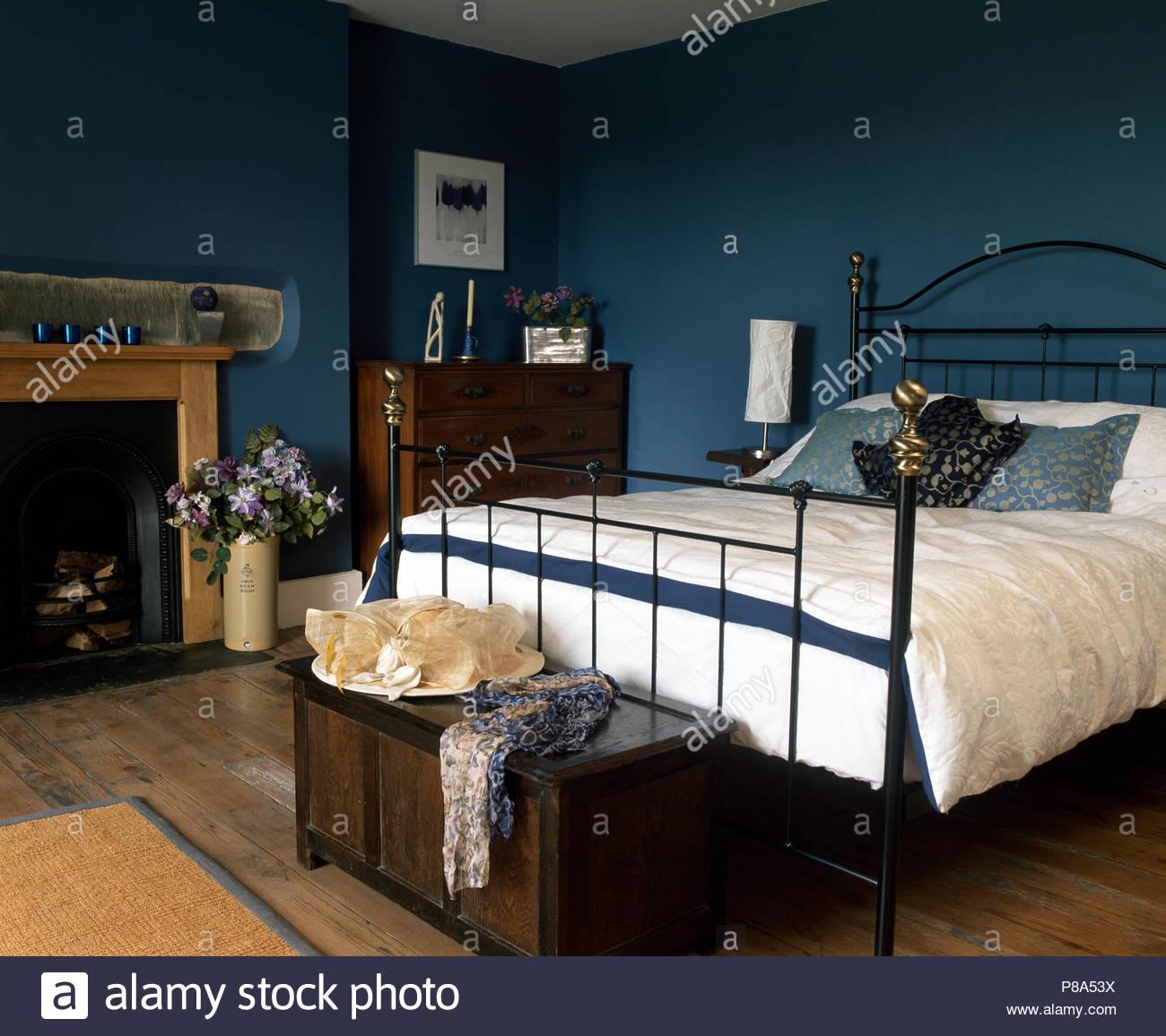 Full Size of Kronleuchter Schlafzimmer Set Weiß Teppich Lampe Vorhänge Landhausstil Sitzbank Komplette Tapeten Mit Matratze Und Lattenrost Rauch Schrank Fototapete Schlafzimmer Truhe Schlafzimmer