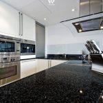 Granitplatten Küche Schwarze Granitplatte Ist Ein Klassiker In Den Kchen Granit Moderne Landhausküche Kaufen Mit Elektrogeräten Niederdruck Armatur Küche Granitplatten Küche