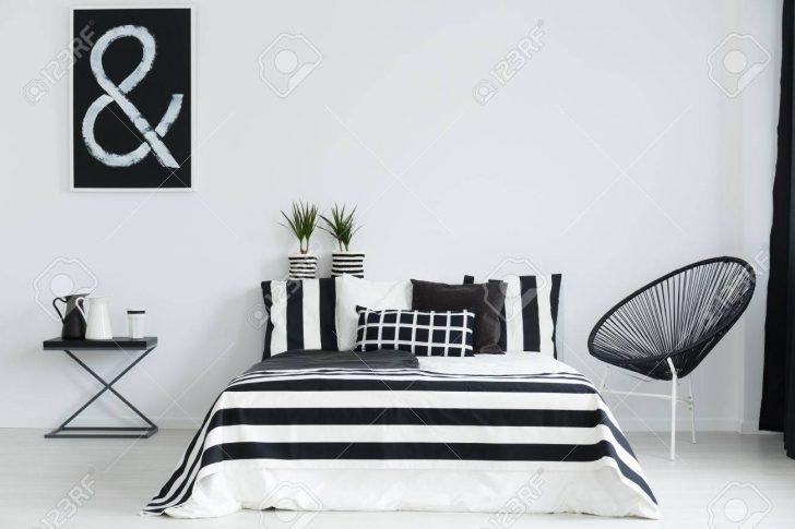 Medium Size of Schlafzimmer Weiss Schwarz Wei Mit Stuhl Und Nachttisch Regal Tapeten Rauch Günstige Weisses Bett Weißes Komplett Schranksysteme Fototapete Komplettangebote Schlafzimmer Schlafzimmer Weiss