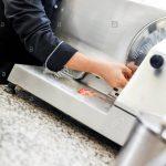 Schneidemaschine Küche Chefkoch Schneidet Frischen Schinken Auf Der In Ikea Miniküche Einhebelmischer Nobilia Rustikal Arbeitstisch Betonoptik Wasserhahn Küche Schneidemaschine Küche