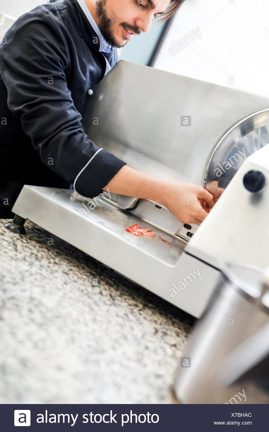 Full Size of Schneidemaschine Küche Chefkoch Schneidet Frischen Schinken Auf Der In Ikea Miniküche Einhebelmischer Nobilia Rustikal Arbeitstisch Betonoptik Wasserhahn Küche Schneidemaschine Küche