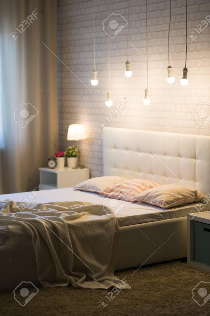 Full Size of Weies Bett Im Inneren Schlafzimmers Lizenzfreie Fotos Mit Matratze Und Lattenrost 140x200 Betten Stauraum Amazon Wohnwert Feng Shui Bette Boxspring Selber Bett Weißes Bett
