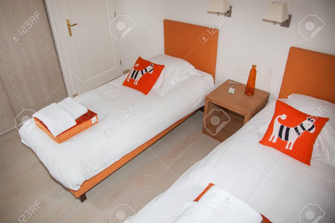 Large Size of Weiße Betten Zwei Schlafzimmer Mit Nachttisch Und Lampe Rauch 140x200 Coole Bonprix Teenager Außergewöhnliche Ruf Japanische Tempur Billige Jugend Oschmann Bett Weiße Betten