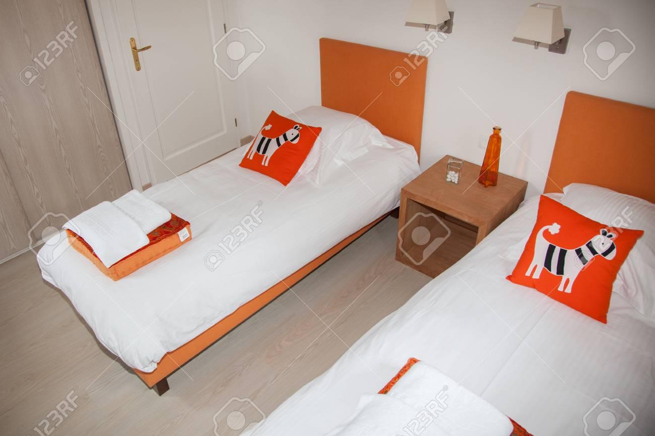 Full Size of Weiße Betten Zwei Schlafzimmer Mit Nachttisch Und Lampe Rauch 140x200 Coole Bonprix Teenager Außergewöhnliche Ruf Japanische Tempur Billige Jugend Oschmann Bett Weiße Betten
