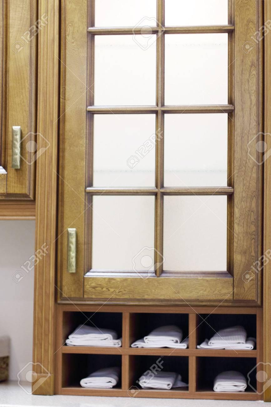 Full Size of Stylish Wooden Cupboard With Shelves With White Towels In Kitche Küche Einlegeböden Küche