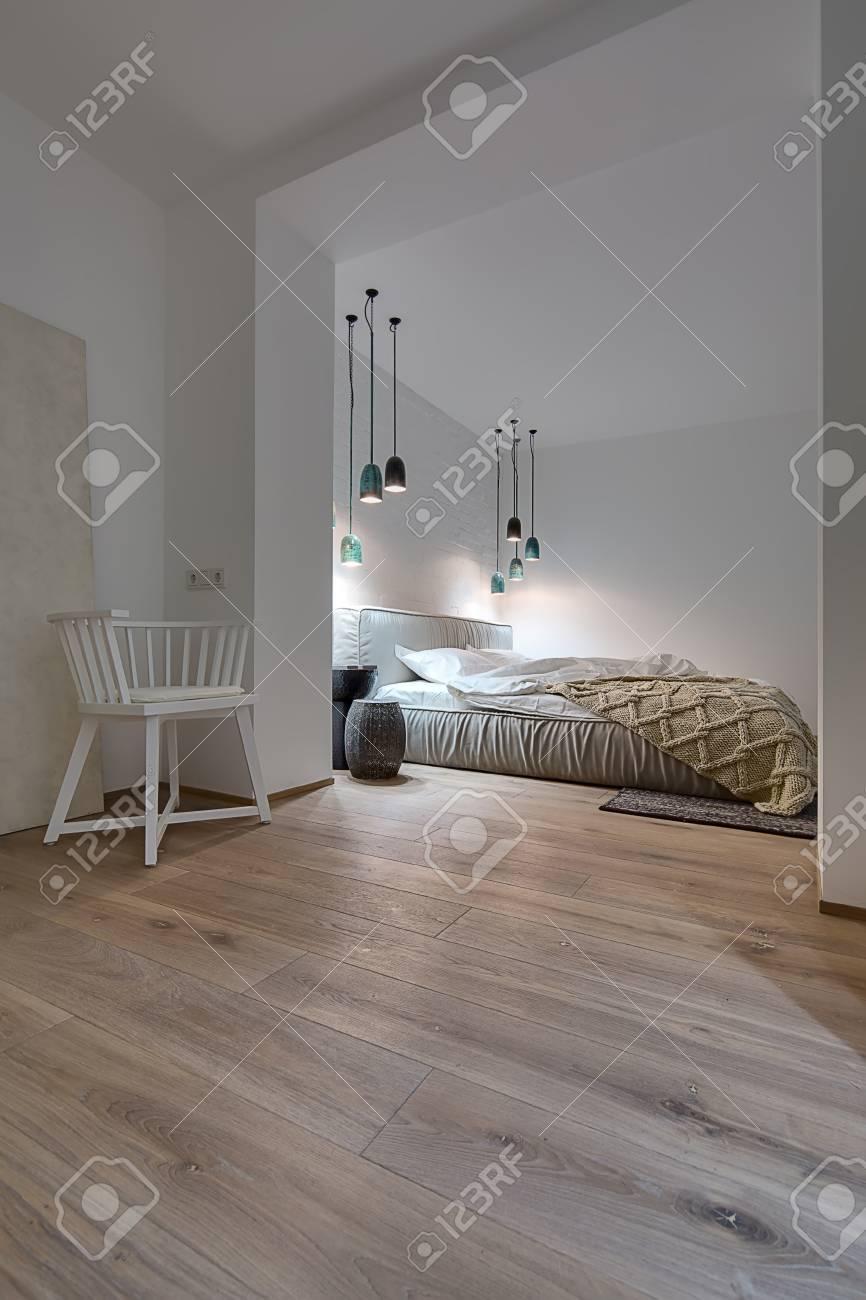 Full Size of Teppich Schlafzimmer Mit Weien Und Ein Parkett Einem Eckschrank Komplettes Weiss Gardinen Für Komplett Günstig Set Massivholz überbau Kronleuchter Led Schlafzimmer Teppich Schlafzimmer