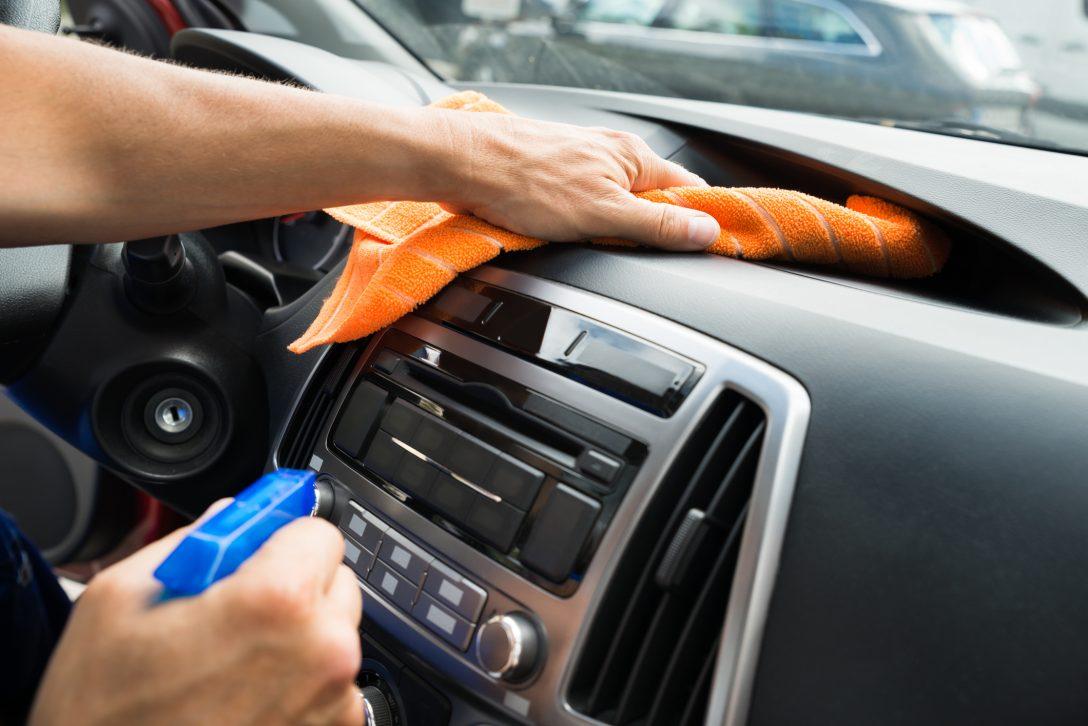 Large Size of Male Worker Cleaning Car Dashboard Küche Gerüche Neutralisieren Auto