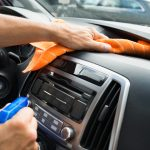 Gerüche Neutralisieren Auto Küche Male Worker Cleaning Car Dashboard