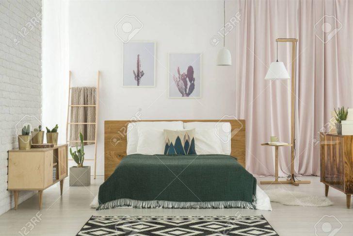 Medium Size of Schlafzimmer Teppich Dunkle Auf Kingsize Bett Und Geometrischem Im Regal Eckschrank Wandleuchte Set Mit Boxspringbett Günstige Komplett Massivholz Lampen Schlafzimmer Schlafzimmer Teppich