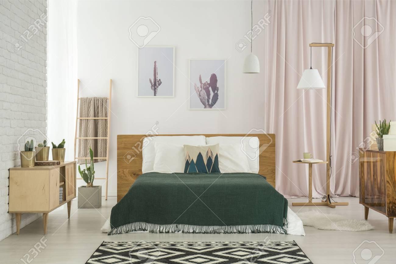 Full Size of Schlafzimmer Teppich Dunkle Auf Kingsize Bett Und Geometrischem Im Regal Eckschrank Wandleuchte Set Mit Boxspringbett Günstige Komplett Massivholz Lampen Schlafzimmer Schlafzimmer Teppich