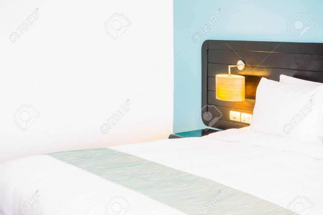 Large Size of Weies Kissen Auf Bett Und Licht Lampe An Im Schrank Schlafzimmer Komplettes Sessel Led Lampen Wohnzimmer Gardinen Für Romantische Komplett Mit Lattenrost Schlafzimmer Schlafzimmer Lampe