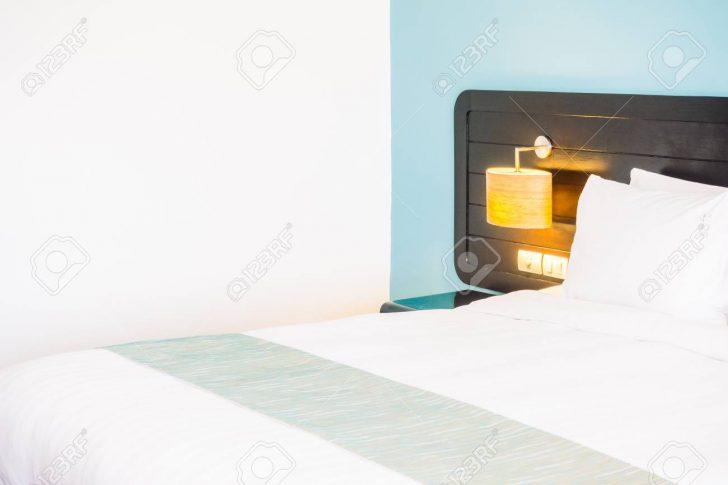 Medium Size of Weies Kissen Auf Bett Und Licht Lampe An Im Schrank Schlafzimmer Komplettes Sessel Led Lampen Wohnzimmer Gardinen Für Romantische Komplett Mit Lattenrost Schlafzimmer Schlafzimmer Lampe