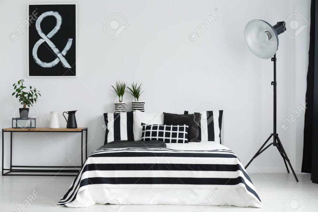 Large Size of Stehlampe Schlafzimmer Minimalistische Mit Und Schwarzen Weien Massivholz Günstige Schranksysteme Vorhänge Wohnzimmer Weißes Landhausstil Weiß Set Lampen Schlafzimmer Stehlampe Schlafzimmer
