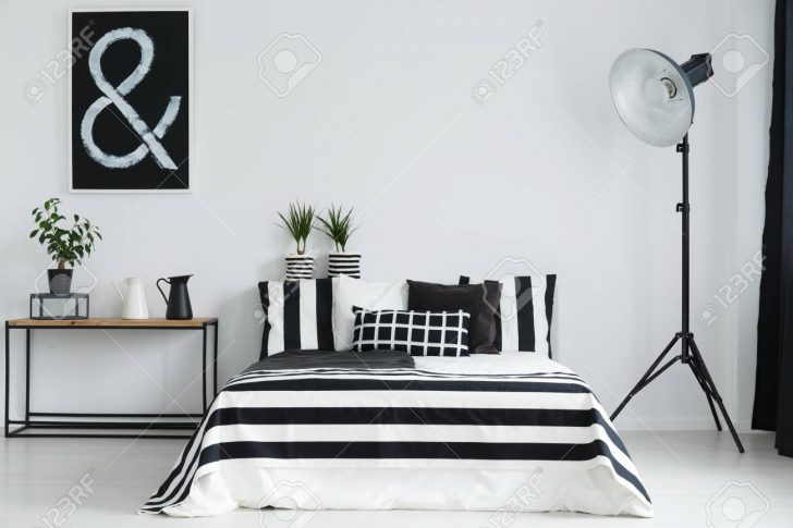 Medium Size of Stehlampe Schlafzimmer Minimalistische Mit Und Schwarzen Weien Massivholz Günstige Schranksysteme Vorhänge Wohnzimmer Weißes Landhausstil Weiß Set Lampen Schlafzimmer Stehlampe Schlafzimmer