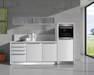 Büroküche Küche In Der Büroküche Steht Eine Kollegin Afa Büro Küche Büro Küche Verschließbar Büro Küchenzeile
