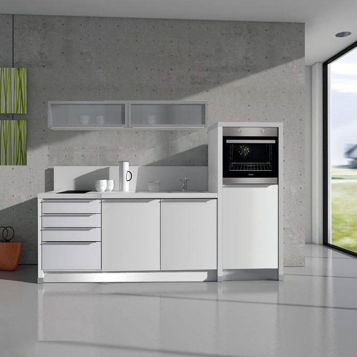 Medium Size of In Der Büroküche Steht Eine Kollegin Afa Büro Küche Büro Küche Verschließbar Büro Küchenzeile Küche Büroküche