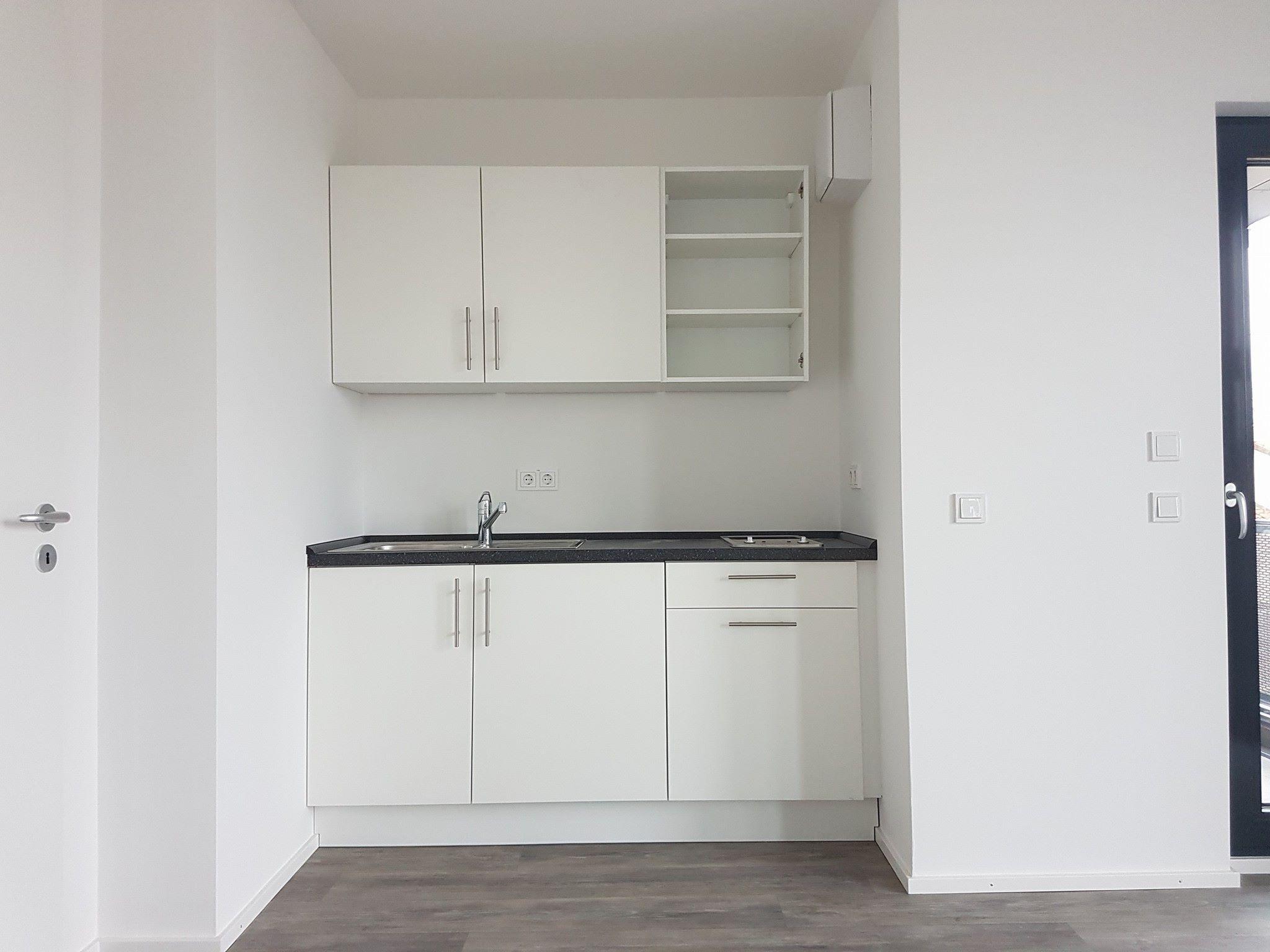 Full Size of In Der Büroküche Steht Eine Kollegin Büro Küche Aufräumen Büroküchenschrank Leichte Büroküche Küche Büroküche