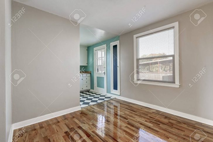 Empty Beige Room With Hardwood Floor In Old Empty House Küche Küche Mintgrün
